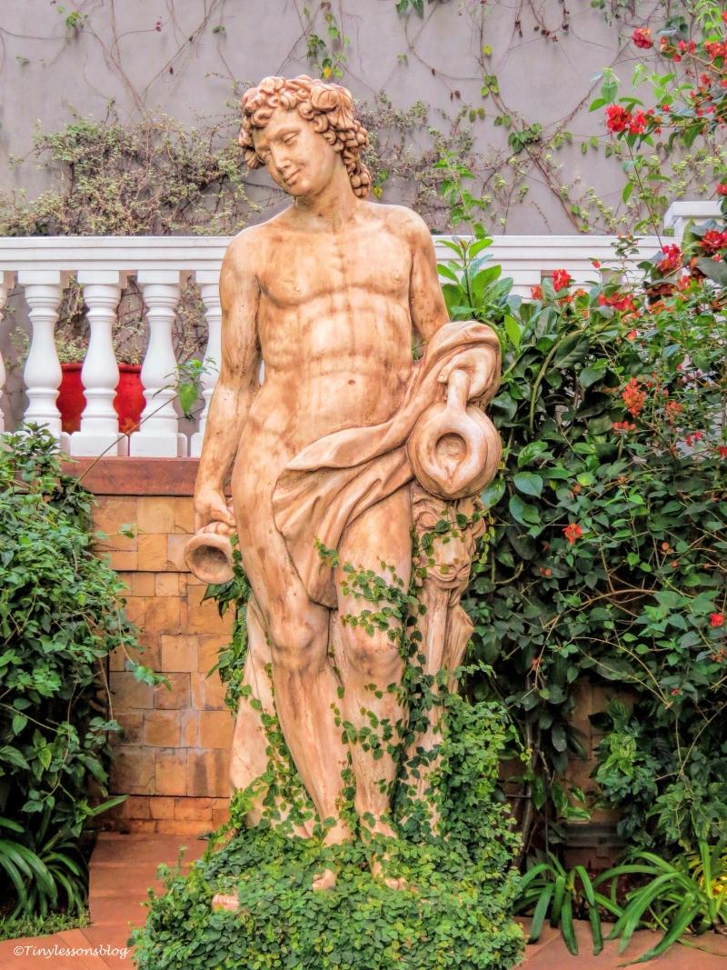 statue in kempinski garden ud48