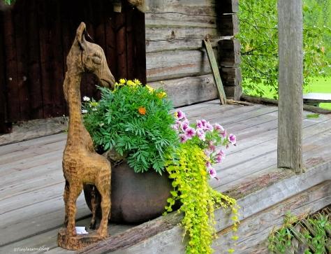 sculpture and flower arrangement Leporanta Finland Aug16 UD75